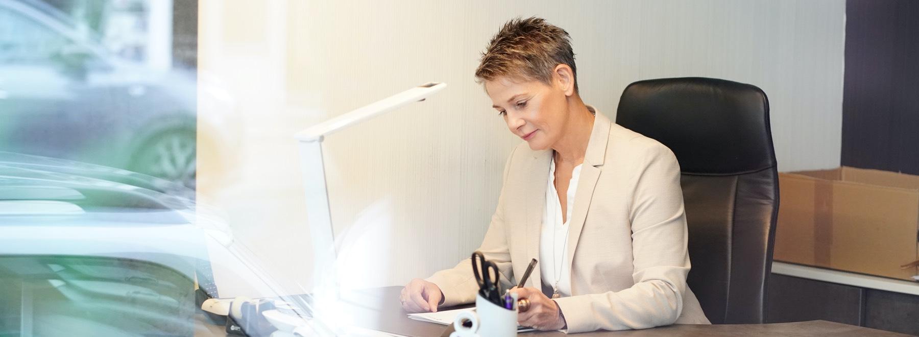 Sylvia Kohlen am Schreibtisch