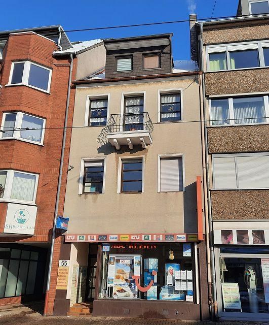 Straßenfront Mehrfamilienhaus mit Ladenlokal